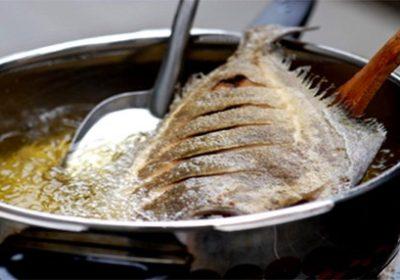 Hãy bỏ thứ này vào chảo rán cá sẽ không bao giờ lo bắn mỡ